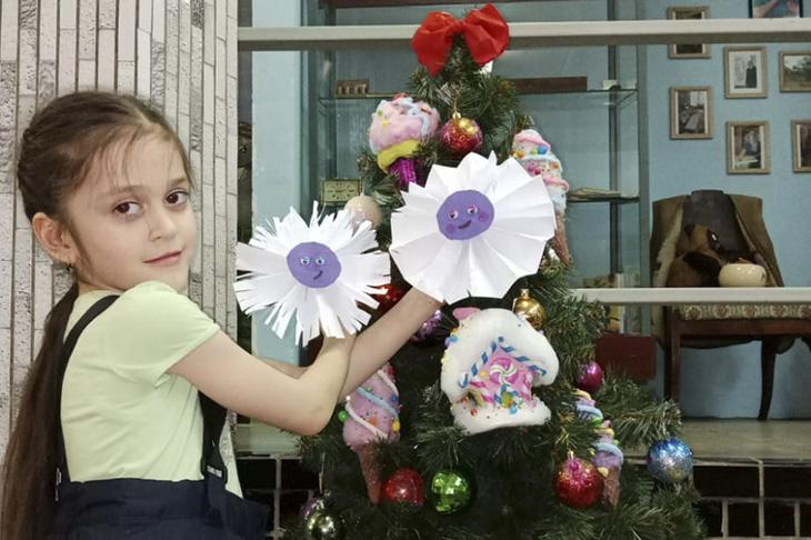 Мастер-класс по созданию новогодних украшений провели в Центральной детской библиотеке