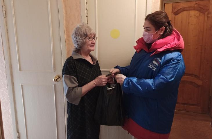 Продукты на дом пожилым людям доставляют активисты королёвской «Единой России»