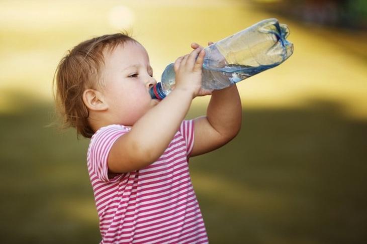 Как уберечь детей от перегрева во время жары, рассказали подмосковные врачи