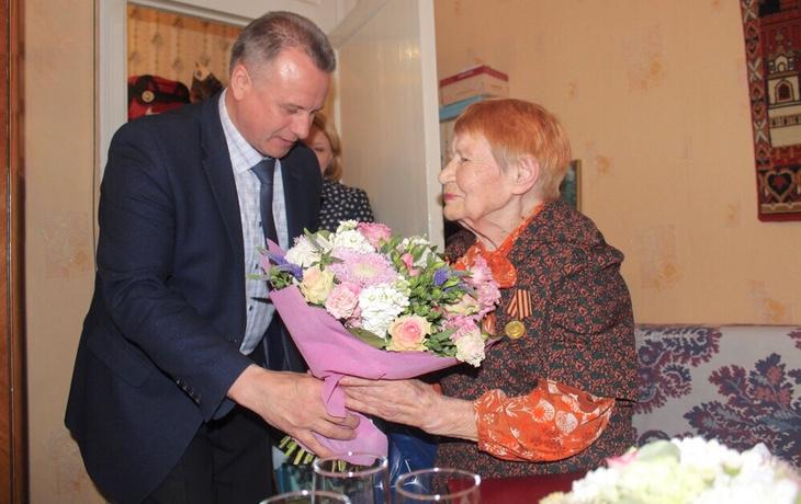 Памятные подарки вручают королёвцам, отмечающим юбилеи 80-105 лет