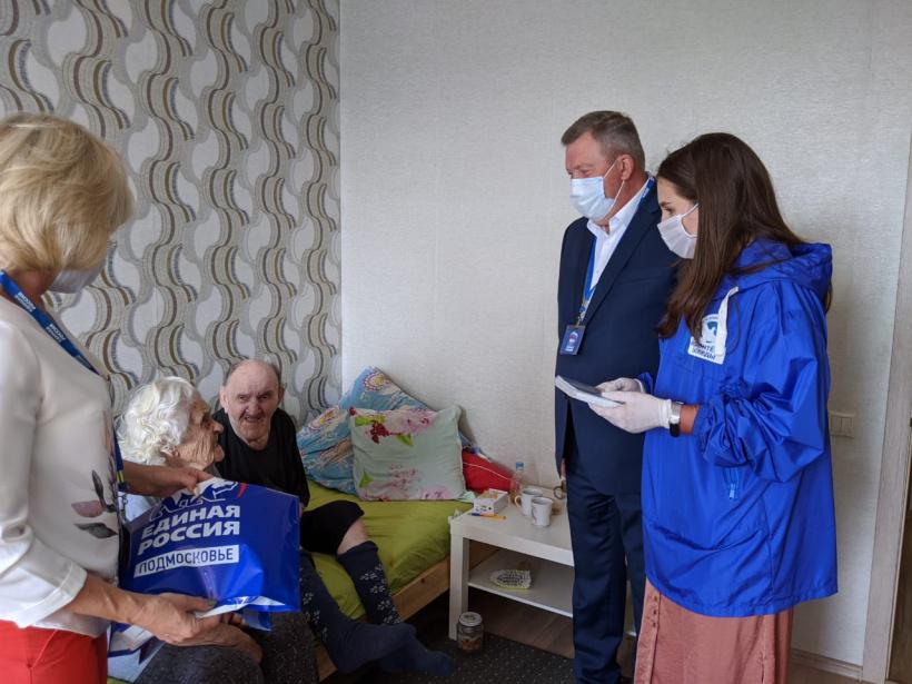 Первым ветеранам ВОВ из Королёва вручили сотовые телефоны