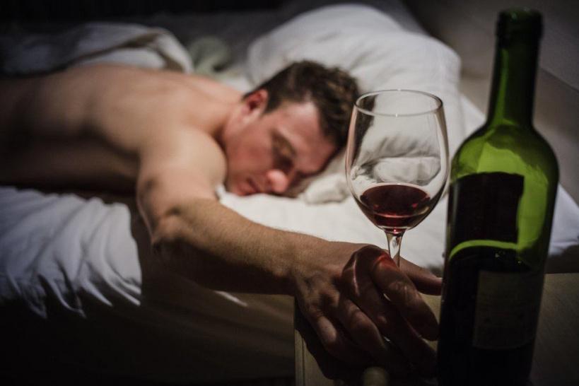 О влиянии алкоголя на сон рассказал главный нарколог Королёва